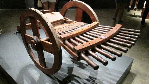 天才達文西巴西特展:軍事裝置巴西聖保羅影音博物館舉辦「天才達文西逝世500週年紀念特展」,展出達文西發明的現代機關槍的前身。圖為11月23日攝。中央社記者唐雅陵聖保羅攝 108年12月7日
