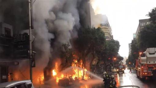 台北市林森北路大樓火警現場(翻攝畫面)
