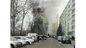 斯洛伐克東部一棟公寓大樓6日發生瓦斯氣爆意外,至少5人喪生和數十人受傷。(圖取自facebook.com/policiaslovakia)