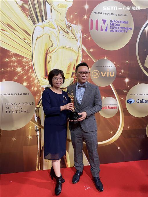 《我們與惡的距離》新加坡再奪2大獎 公視執行副總謝翠玉代領編劇獎後與製作人湯昇榮合影 圖/公視提供