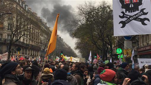 萬人抗議退休制度改革 警方發射催淚彈驅散5日法國歷史性大罷工登場,近7萬巴黎人上街抗議。除了各職業工會外,亦有不同人權團體與NGO集結。行至共和廣場時警方開始發射催淚彈,企圖驅散民眾。中央社記者曾婷瑄巴黎攝  108年12月6日