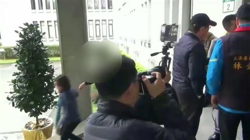 保六陳姓女警官遭立委陳宜民打掉帽子及動手推擠(翻攝畫面)