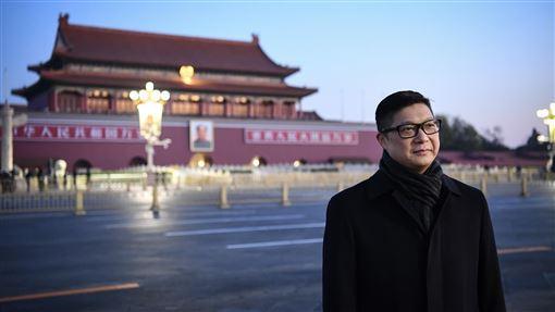 香港警務處處長鄧炳強赴北京12月7日清晨,香港特區政府警務處處長鄧炳強一行人來到北京天安門廣場觀看升旗儀式。(中新社提供)中央社 108年12月7日