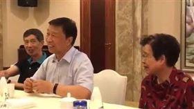 中國大陸網路上近日流傳一段前國家副主席李源潮與同學聚舊的影片。其中,李源潮埋怨過去擔任中組部長時得罪人,因此現在有很多人對他造謠。(圖/翻攝自51 debi YouTube頻道)