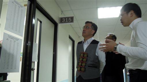 原住民族語言認證測驗登場 原民會主委巡視考場由原住民族委員會主辦的108年度原住民族語言能力認證測驗7日在全台48個考區登場,原民會主委夷將‧拔路兒(左)特別到台北考場巡視,了解試務狀況。中央社記者吳欣紜攝 108年12月7日