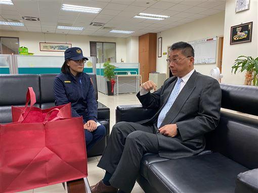 ▲部長慰問遭陳宜民推女警(圖/內政部提供)
