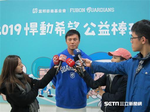 ▲富邦悍將外野手高國輝接受媒體採訪。(圖/記者蕭保祥攝影)