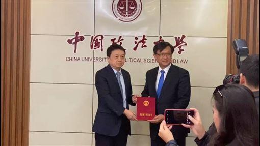 香港立法會建制派議員何君堯昨天獲中國政法大學頒發名譽博士學位。(圖/翻攝自facebook.com/JuniusHoKwanYiu)