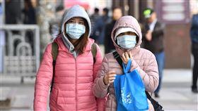 北台天氣偏涼  注意保暖中央氣象局指出,3日白天持續受大陸冷氣團影響,北台灣整天偏涼。台北街頭民眾穿著保暖衣物、戴口罩禦寒。中央社記者王飛華攝  108年12月3日