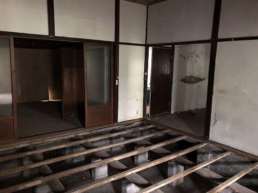 溫州街老建築改造 獲國際設計節肯定位在台北市大安區溫州街的「生活實驗所」,原為日治時期留下來的老建築,頹圮的木造建築記載著90多年來的故事,經柏成設計進行改造後,榮獲2019 INSIDE世界室內設計節住宅類首獎及年度大獎肯定。圖為改造前建築內部。(柏成設計提供)中央社記者鄭景雯傳真 108年12月7日