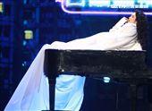 絕色莫文蔚巡演演唱會巔峰之旅台北站引爆台北小巨蛋,周興哲擔任鋼琴合唱。(記者邱榮吉/攝影)