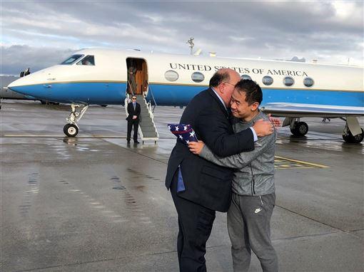 美國伊朗罕見合作換囚,因間諜罪名被關押在伊朗3年的華裔美籍學者王夕越(右)獲釋。(圖取自twitter.com/USEmbassyBern)