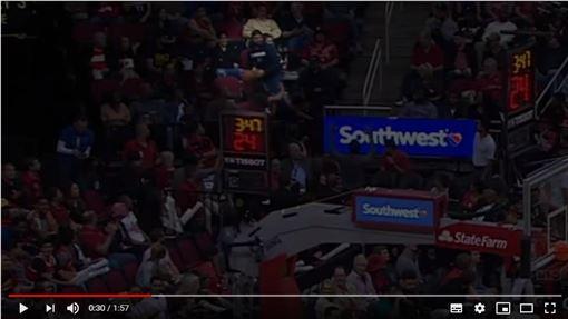 ▲東契奇(Luka Doncic)助攻傳給觀眾,糗登《俠客真烏龍》。(圖/翻攝自NBA on TNT)