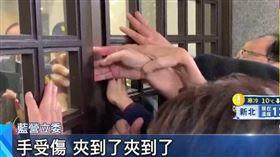 藍委抗議遭夾傷 韓大動作探病遭批