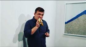 超狂「香蕉黏牆」拍賣365萬!他一秒拔下偷吃…全場驚呆(圖/翻攝自david datuna IG)