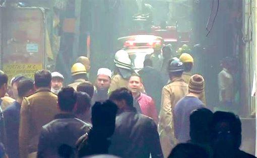 印度德里Anaj Mandi地區工廠發生大火(圖/翻攝自推特)