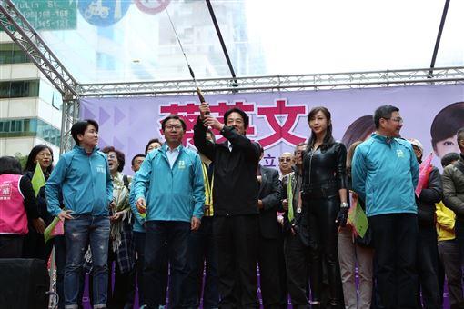 民進黨立委候選人許淑華競選總部8日上午成立,民進黨副總統候選人賴清德到場力挺。(圖/蔡辦提供)