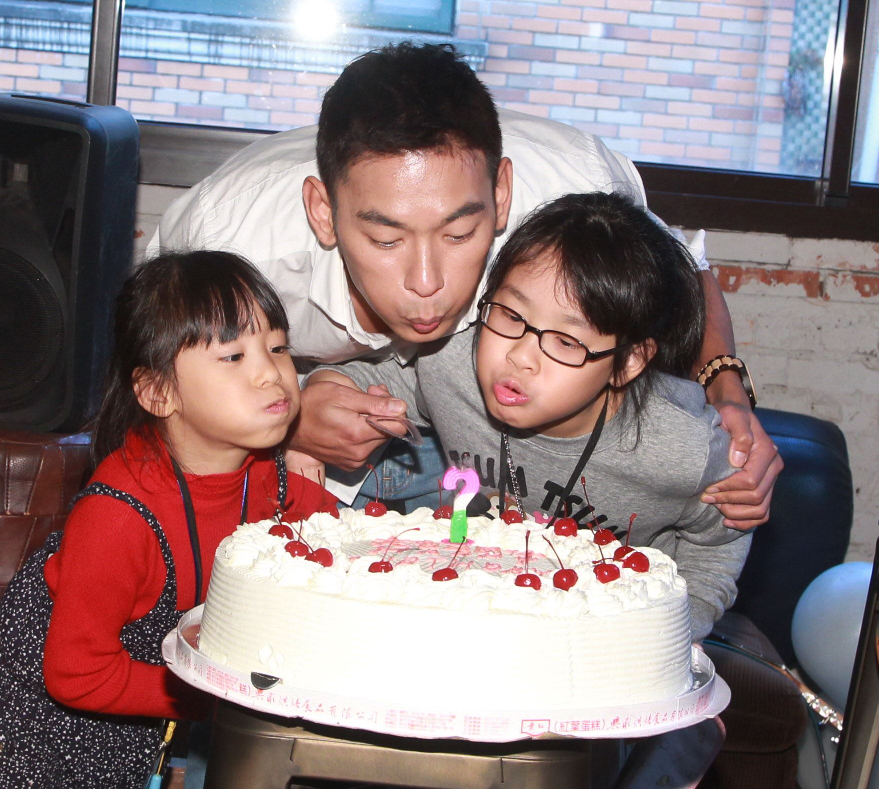 亮哲生日歌友會阿嬤、女兒、老婆一家大小前來祝福。(記者邱榮吉/攝影)
