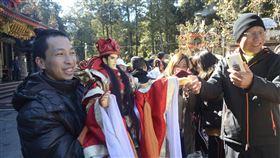 阿里山跨界偶戲演出 遊客拍照留念嘉義民族管弦樂團與三昧堂跨界合作,8日在阿里山受鎮宮演出,遊客被華麗的戲偶吸引,紛紛拍照留念。中央社記者蔡智明攝 108年12月8日