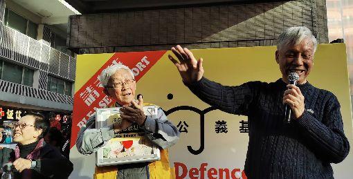 1208民陣遊行 陳日君朱耀明為示威者打氣民陣8日舉行「國際人權日遊行」。圖為天主教香港教區榮休主教陳日君樞機(左)和「佔中三子」之一的朱耀明牧師(右),在遊行途經的灣仔擺街站,並合唱「願榮光歸香港」,鼓勵示威者。中央社記者張謙香港攝 108年12月8日