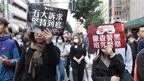 民陣1208遊行 示威者高舉標語行進香港民間人權陣線8日舉行「國際人權日」遊行,下午3時正式起步。圖為民眾高舉「五大訴求,缺一不可」和「徹查警黑,追究警暴」的標語行進。中央社記者張謙香港攝 108年12月8日