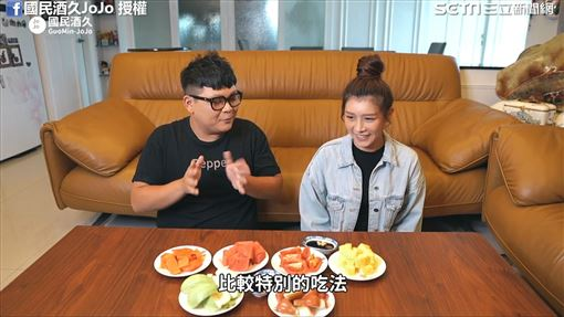 JoJo嘗試水果新吃法。(圖/國民酒久JoJo臉書授權)