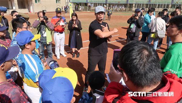 陳偉殷到基隆進行棒球營指導。(圖/記者王怡翔攝影)