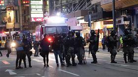 民陣1208遊行 警民中環對峙8日晚間7時45分,一批示威者占據了中環德輔道中,在德輔道中和域多利皇后街與防暴警察對峙,防暴警察準備了水炮車和裝甲車。中央社記者張謙香港攝 108年12月8日