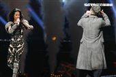 莫文蔚最後一次在台北小巨蛋開演唱會和嘉賓J.Sheon合唱。(記者邱榮吉/攝影)
