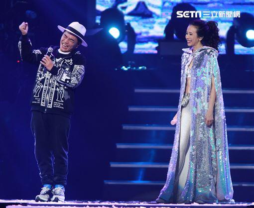 莫文蔚最後一次在台北小巨蛋開演唱會和嘉賓吳宗憲一起合唱「廣島之戀」。(記者邱榮吉/攝影)