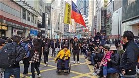 民陣128遊行銅鑼灣現人潮 民眾持中華民國國旗香港民陣8日下午再次號召民眾上街,繼續反送中相關訴求,圖為遊行剛開始,銅鑼灣一帶人潮,有人持中華民國國旗並表達要求香港真普選。中央社記者張謙香港攝 108年12月8日