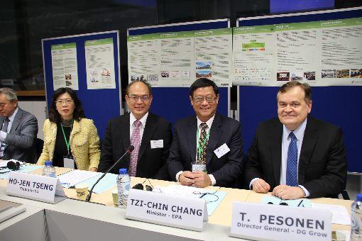 探討循環經濟 歐盟肯定台灣將更具體合作環保署長張子敬(右2)9日與歐盟成長總署總署長皮桑恩(右1)共同主持台歐盟循環經濟研討會,皮桑恩強調未來台歐將展開更具體合作。中央社記者唐佩君布魯塞爾攝 108年12月9日