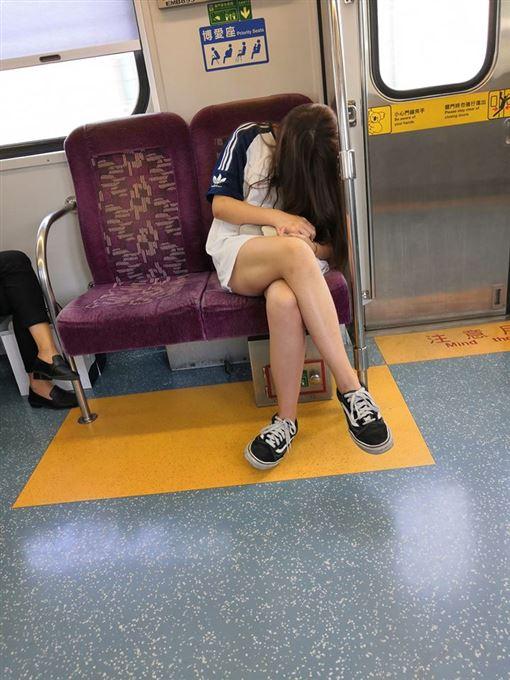 火車,台鐵,博愛座,高中生,美腿,加藤軍路邊隨手拍 圖/翻攝自臉書加藤軍路邊隨手拍