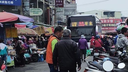 被導航陰了?公車誤闖菜市場 在地人曝真相:本末倒置