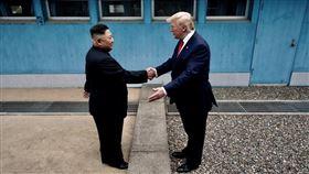 北韓領導人金正恩4月給美國設定至今年底截止的對話期限,聲稱美方屆時若未改變政策、放棄缺乏彈性的作為,北韓將邁向「新道路」。圖為北韓領導人金正恩(左)和美國總統川普6月30日在分隔南北韓的非軍事區(DMZ)第3度會談。(圖取自twitter.com/Scavino45)