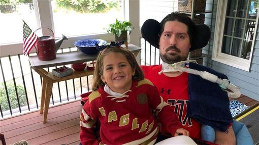 曾為漸凍症募款的冰桶挑戰發起人弗瑞茲(右)9日辭世,他與俗稱漸凍人症的肌萎縮性脊髓側索硬化症(ALS)纏鬥7年,享年34歲。(圖取自twitter.com/PeteFrates3)