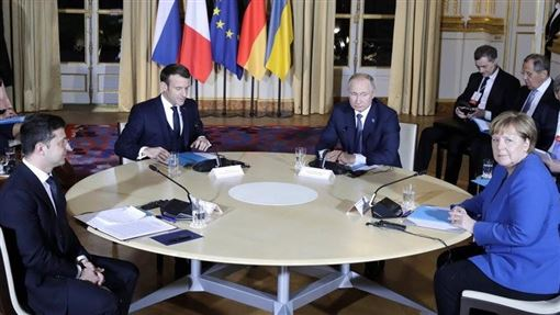 俄羅斯總統蒲亭(前右2)與烏克蘭總統澤倫斯基(前左)9日同意以終結烏克蘭東部戰火為目的,雙方完全停火。這場4方會談還有法國總統馬克宏(前左2)及德國總理梅克爾(前右)在場。(圖/翻攝自twitter.com/KremlinRussia_E)