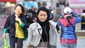 大陸冷氣團影響 北台灣整天偏涼中央氣象局指出,3日白天持續受大陸冷氣團影響,北部及東半部氣溫回升不明顯,北台灣整天偏涼,高溫僅攝氏17至20度;花東高溫約20至22度;中南部高溫約24至26度。中央社記者王飛華攝 108年12月3日