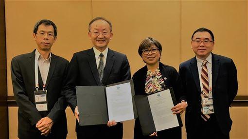 助APEC推動區域經濟 中華民國捐55萬美元外交部國際組織司司長陳龍錦(左2)9日出席在馬來西亞蘭卡威舉行的亞太經濟合作會議(APEC)非正式資深官員會議(ISOM),並簽署諒解備忘錄,捐贈55萬美元協助APEC推動區域經濟。(駐馬來西亞代表處提供)中央社記者郭朝河吉隆坡傳真 108年12月9日