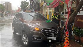 蘆竹分局南崁派出所接獲1位民眾報案聲稱小客車遭竊,結果是排檔沒放好,車子滑行撞上路樹。 圖/桃園蘆竹分局提供