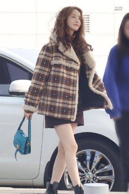 潤娥穿膝上25公分短裙(圖/翻攝自微博)