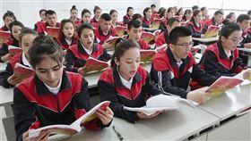 針對中共當局說新疆再教育營學員「全部結業」,世界維吾爾代表大會副主席艾克林表示此一說法是「通篇假話」。(共同社提供)