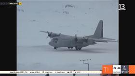 智利空軍一架軍用運輸機在當地時間9日,前往南極基地途中突消失,機上當時搭載38人,軍方目前已展開搜救行動。綜合外媒報導,智利空軍一架運輸機「C-130」在當地時間9日下午4時55分從蓬塔阿雷納斯(Punta Arenas)起飛,此行任務為至南極基地檢查燃料供應及後勤設備,不料卻在晚間6時13分失去聯繫。(圖/翻攝自YouTube)