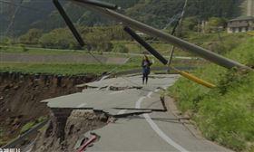 前往日本阿蘇火山區的路上,記者看到山路斷裂景象,立即不顧危險下車連線 (圖/高寶書版提供)