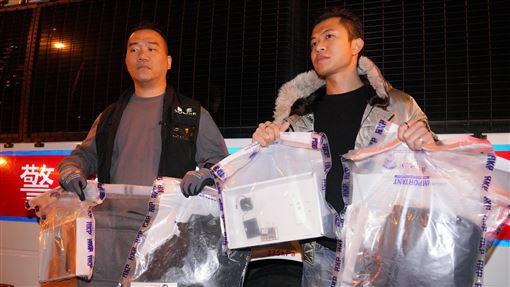 港發現強大殺傷力土製炸彈  反送中後首次香港警方9日在灣仔檢獲2枚土製炸彈,指炸彈結構完整,內藏鐵釘,在100公尺範圍內可能致命。圖為警方展示相關證物。(中通社提供)中央社  108年12月10日