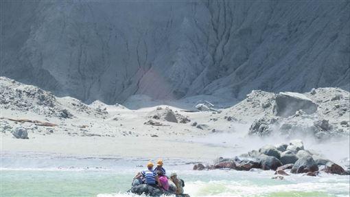 紐西蘭知名觀光景點白島(White Island)火山於9日突然爆發圖/翻攝自@sch推特