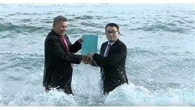 吐瓦魯總理拿塔諾(左)11月任命台灣藝術家黃瑞芳(右)為吐瓦魯的氣候緊急大使,證書授權儀式在首都富那富提的太平洋海邊舉行。(黃瑞芳提供)中央社記者石秀娟雅加達傳真 108年12日10日