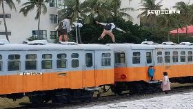 兩男爬火車1200