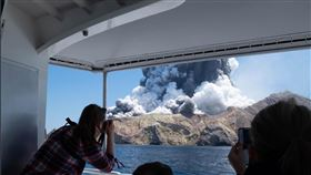 紐西蘭知名觀光景點白島(White Island)火山於9日突然爆發 圖/翻攝自@sch推特