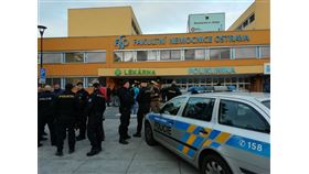 捷克東部奧斯特拉瓦市一所醫院10日驚傳槍擊,目前至少有6人死亡。(圖取自twitter.com/PolicieCZ)